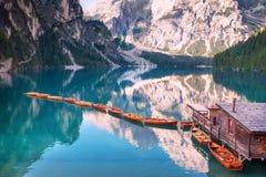 Barcos de madera en fila el mañana del verano en Lago di Braies, Italia imagen de archivo libre de regalías