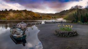 Barcos de madera en fila en un lago irlanda Imagen de archivo libre de regalías