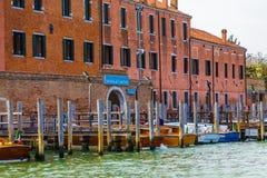 Barcos de madera en la comisaría de policías de Venecia fotos de archivo libres de regalías