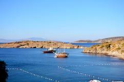 Barcos de madera en un mar azul tranquilo Fotos de archivo libres de regalías