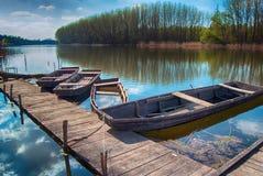 Barcos de madera en un río Fotos de archivo libres de regalías