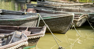 Barcos de madera en un río Imagen de archivo libre de regalías