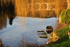 Barcos de madera hundidos abandonados en el río en luz corta Fotos de archivo libres de regalías
