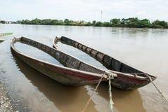 Barcos de madera olvidados en el río Imagen de archivo libre de regalías