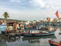 Barcos de madera que atracan en Cai River en la isla de Phu Quoc Imagenes de archivo