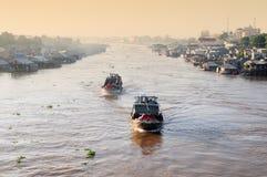 Barcos de madera que corren en el río Mekong en el delta del Mekong, Vietnam Imagenes de archivo