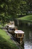 Barcos de madera restaurados amarrados en el canal de Riga Imágenes de archivo libres de regalías