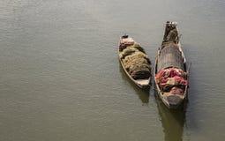 Barcos de madera solos en un río Fotografía de archivo