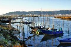 Barcos de madera tradicionales en el río de Lima Imagen de archivo