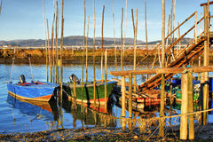 Barcos de madera tradicionales en el río de Lima Imagenes de archivo
