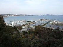 Barcos de mar del puerto, coches y árboles Japón fotografía de archivo