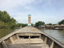 Barcos de motor, balsa, barcos de navigação, pontão, barco baixo imagens de stock