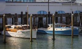 Barcos de motor clássicos na frente de um porto super do viaduto do iate, Auckland Nova Zelândia imagem de stock