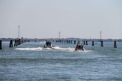Barcos de motor con los turistas en el mar adriático cerca de Vienice, Ital imagen de archivo libre de regalías