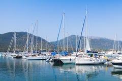 Barcos de motor do prazer e iate luxuosos da navigação foto de stock royalty free