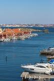Barcos de motor en el puerto deportivo fotos de archivo