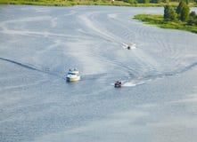 Barcos de motor en el río Imágenes de archivo libres de regalías