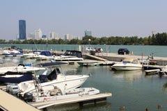 Barcos de motor en el río Danubio Viena Austria del puerto deportivo Foto de archivo libre de regalías