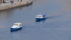 Barcos de motor en la bahía almacen de video