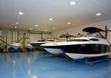 Barcos de motor en salón de muestras Imagen de archivo libre de regalías