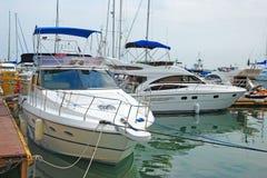 Barcos de motor modernos del mar Foto de archivo