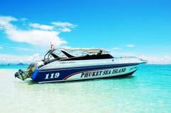 Barcos de motor na água de turquesa Fotografia de Stock