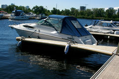 Barcos de motor na doca Foto de Stock