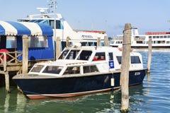 Barcos de motor no porto em Veneza, Itália Fotos de Stock Royalty Free