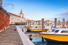 Barcos de motor por el della Dogana de Punta en Venecia, Italia Foto de archivo libre de regalías