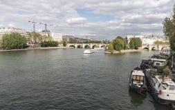 Barcos de Mouches de los barcos que cruzan el río Sena en París Foto de archivo