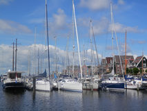 Barcos de navegación amarrados fotos de archivo
