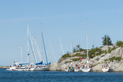 Barcos de navegación amarrados a un archipiélago de Estocolmo del acantilado Fotos de archivo libres de regalías