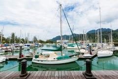 Barcos de navegación atracados Imagenes de archivo