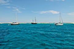 Barcos de navegación cerca de la costa de la isla de Formentera Fotos de archivo libres de regalías