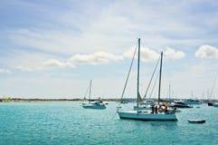 Barcos de navegación cerca de la isla de Formentera Imagen de archivo libre de regalías
