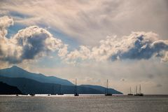 Barcos de navegación cerca de la costa fotos de archivo libres de regalías