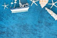 Barcos de navegación decorativos de la visión superior y artículos marinos en el CCB de madera Fotografía de archivo libre de regalías