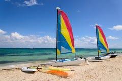 Barcos de navegación en costa Imagen de archivo libre de regalías