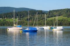 Barcos de navegación en el lago Foto de archivo
