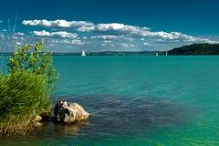 Barcos de navegación en el lago Balatón en Hungría Fotos de archivo