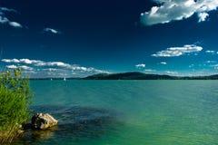 Barcos de navegación en el lago Balatón en Hungría Fotos de archivo libres de regalías
