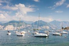 Barcos de navegación en el lago Garda Fotos de archivo libres de regalías