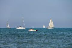 Barcos de navegación en el mar ligur cerca de Viareggio, Italia imagen de archivo libre de regalías
