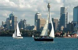 Barcos de navegación en el puerto de Sydney Imágenes de archivo libres de regalías