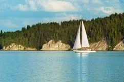 Barcos de navegación en el río, la reflexión en el agua Foto de archivo libre de regalías
