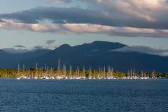 Barcos de navegación en la bahía en el fondo de montañas azules Imagenes de archivo
