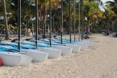 Barcos de navegación en la playa Foto de archivo libre de regalías