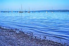 Barcos de navegación en un lago Fotografía de archivo