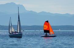 Barcos de navegación en un lago Imagenes de archivo