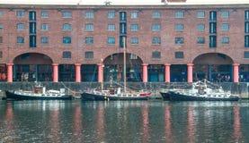 Barcos de navegación privados amarrados en Albert Dock Fotos de archivo libres de regalías